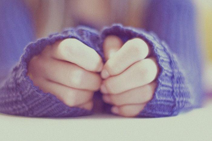 chica con manos ansiosas