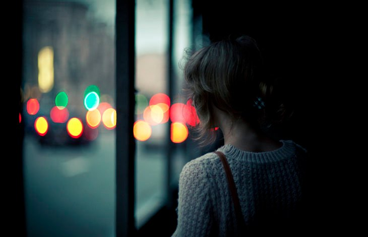 chica viendo por la ventana