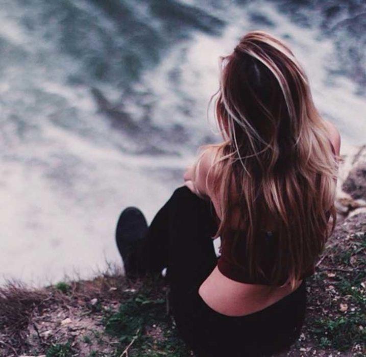 chica viendo el mar