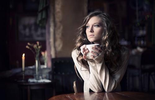 chica tomando café sola