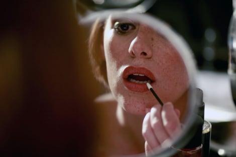 chica viendose frente al espejo