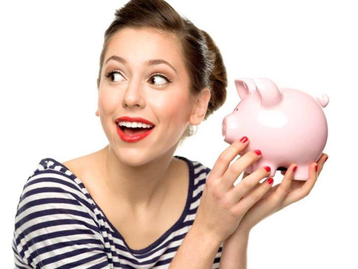 chica ahorrando dinero