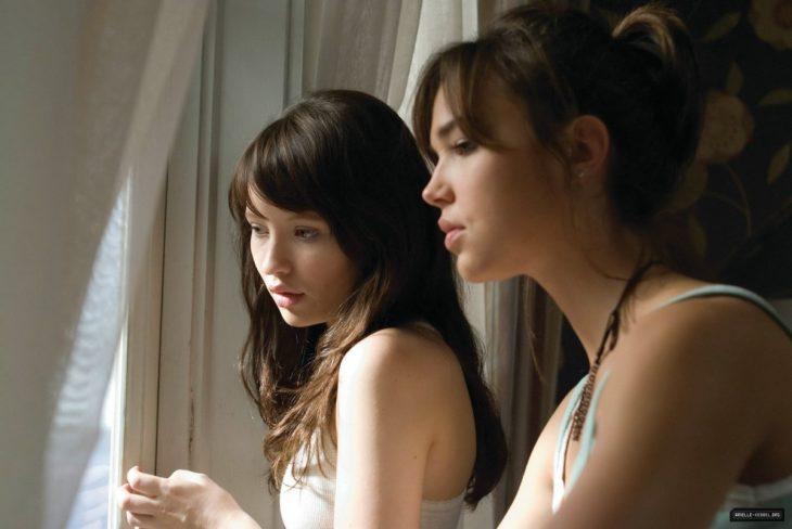 hermanas viendo por la ventana
