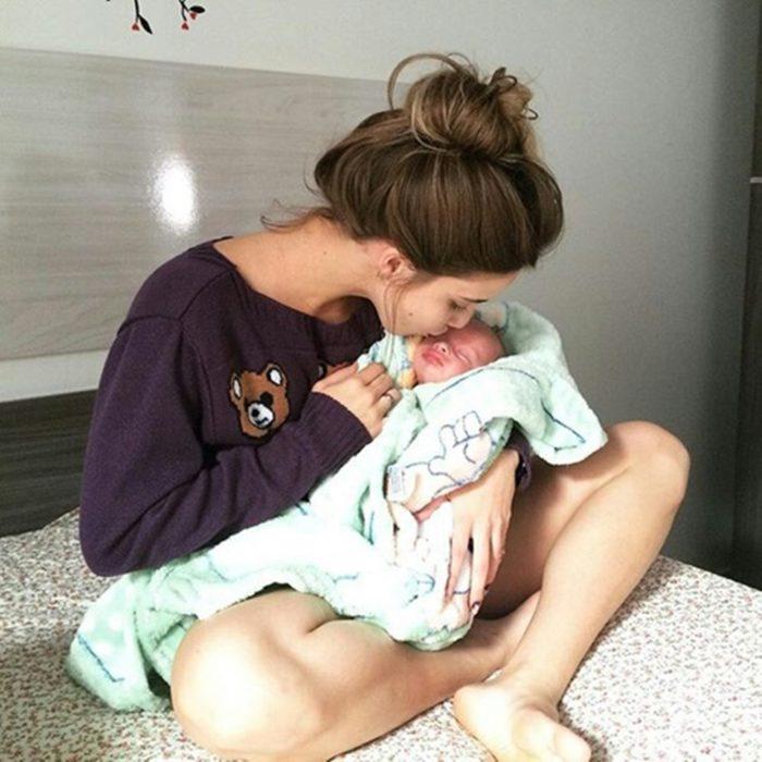 chica amamantando bebé