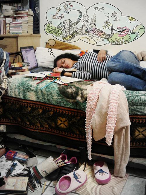 chica creativa en cuarto desordenado