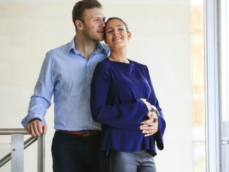 hombre abrazando a mujer embarazada