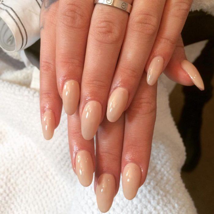 uñas de mujer de color piel