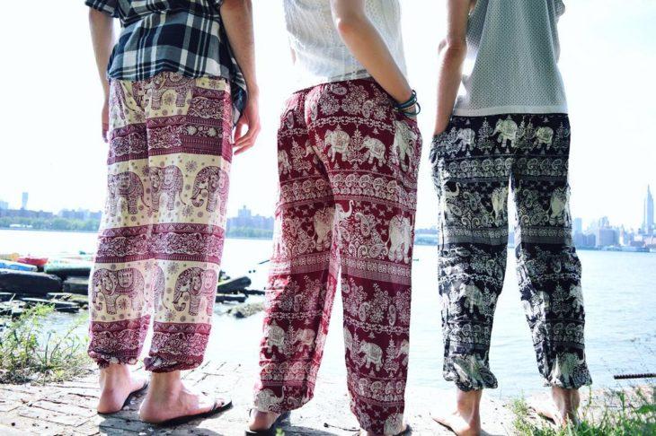 mujeres con pantalones de yoga