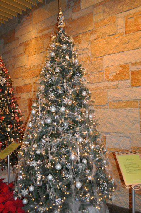 árbol de Navidad tradicional de Ucrania lleno de telarañas