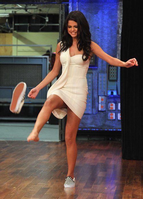 Selena Gomez aventando un zapato