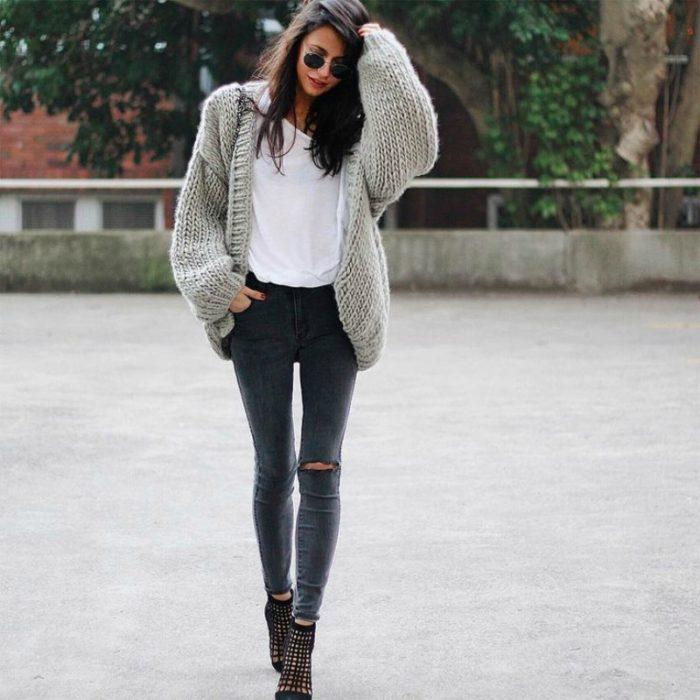 mujer con jeans y sueter tejido