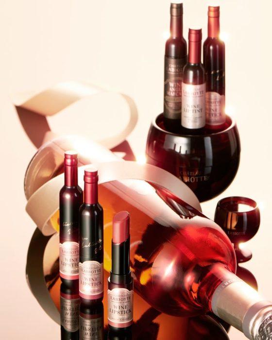 botella rosa con 6 pequeñas botellas de vino
