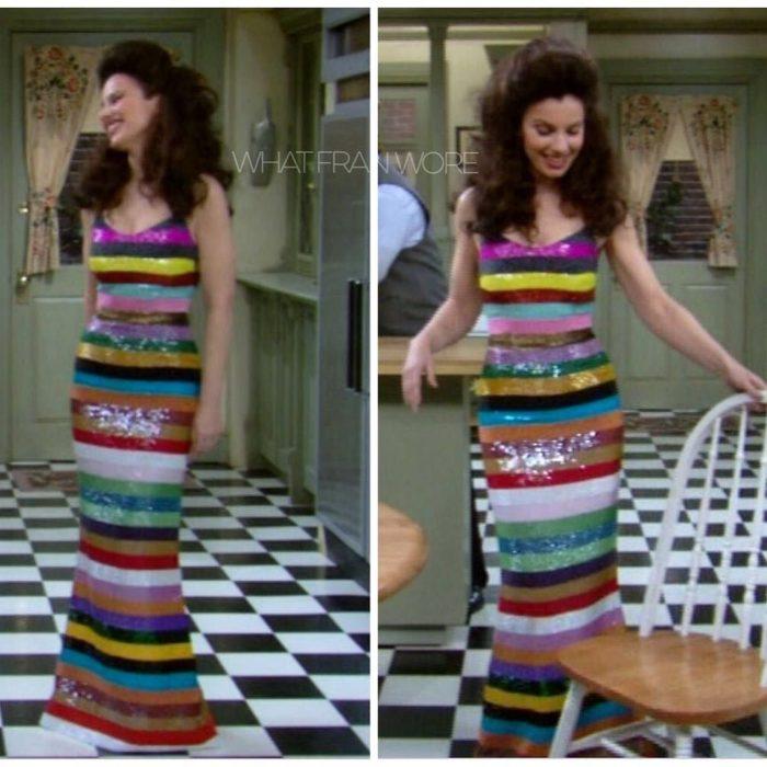 mujer con vestido largo de rayas