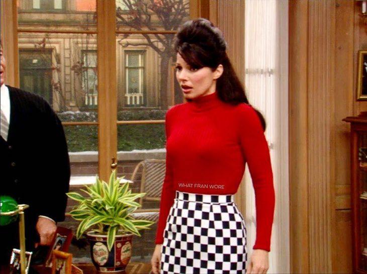 mujer con falda de cuadros y camisa roja