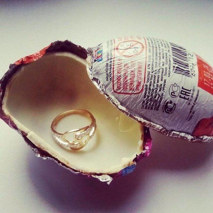 huevo de chocolate con anillo