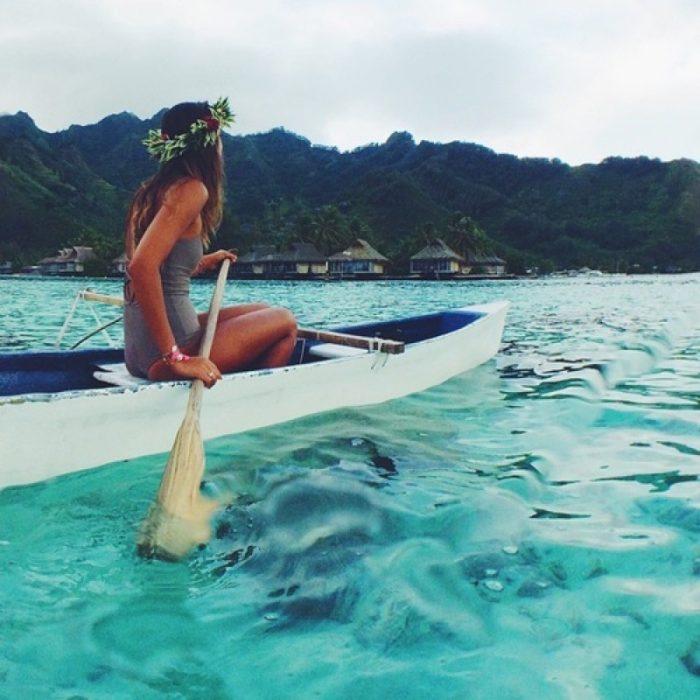 mujer remando en el mar