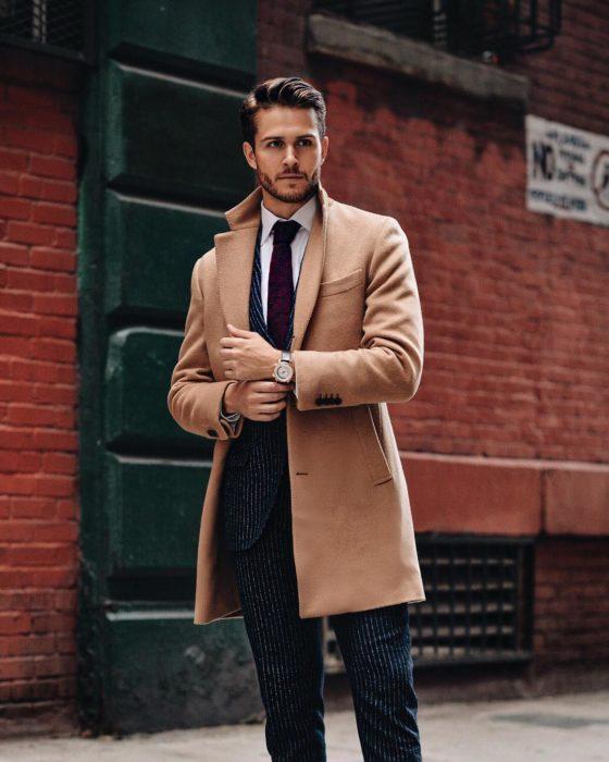 hombre con abrigo y corbata