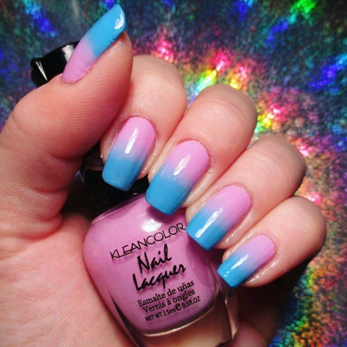 uñas de mujer con pintura rosa y azul