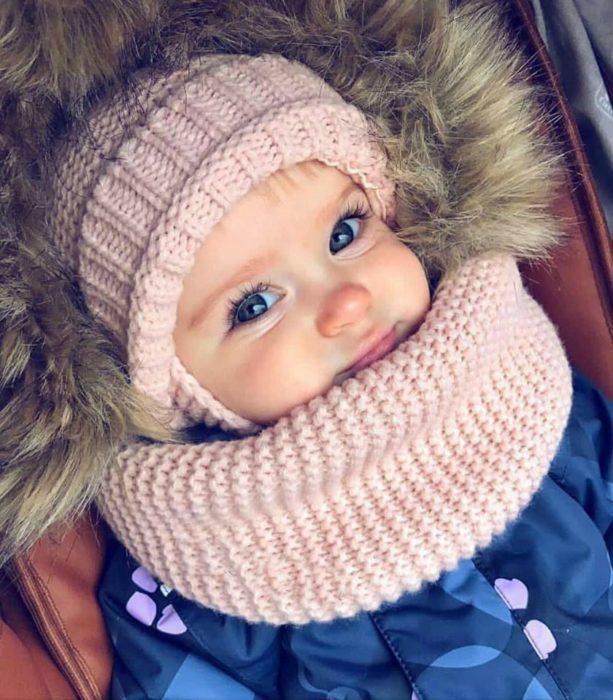 niña bebé con chamarra y gorro