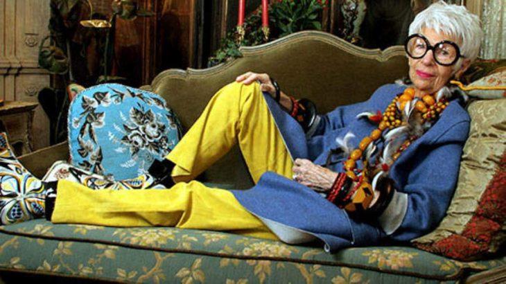 mujer pantalon amarillo acostada en sillón