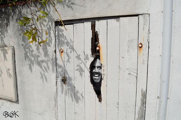 Stiker de jack nicholson pegado en una puerta