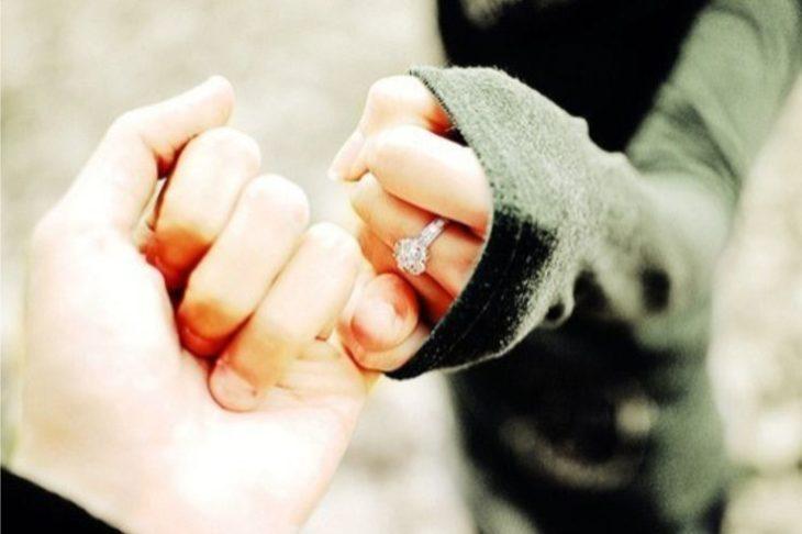 manos de pareja prometiendo