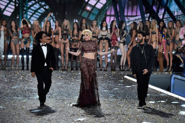 Bruno Mars, The Weeknd y Lady Gaga en el desfile de victoria secret