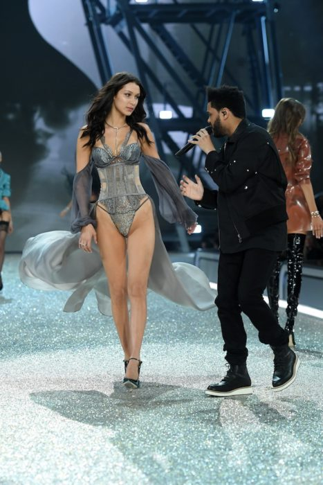 The Weeknd y Bella Hadid comparten una mirada en el desfile de victoria secret