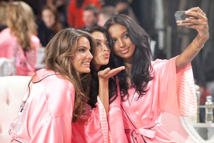 Ángeles de victoria secret tomándose una selfie