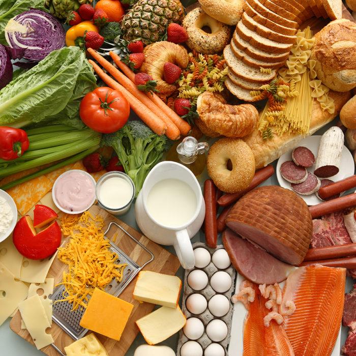 mesa con comida de todo tipo