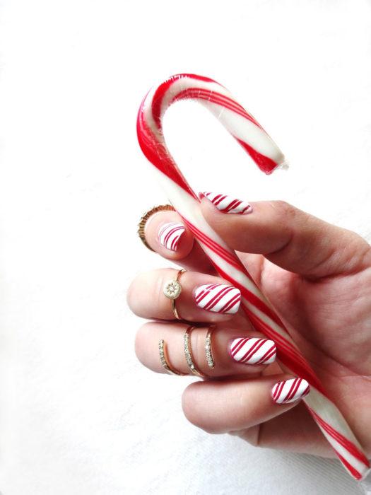 Decoración de uñas navideñas con forma de bastones de azúcar