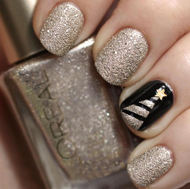 Decoración de uñas navideñas en color dorado