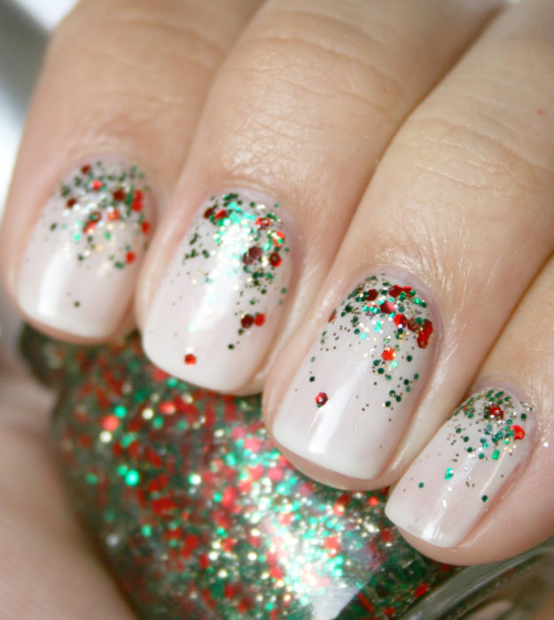 Decoración de uñas navideñas en color nude