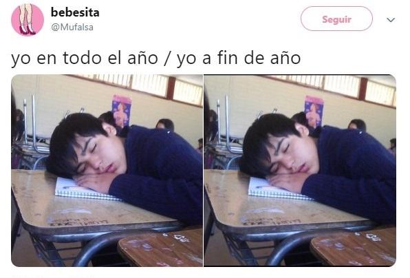Chico dormido sobre el mesa banco de su escuela