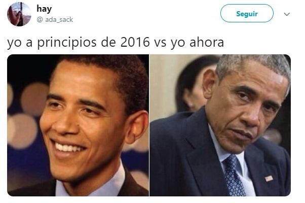 Barack Obama llevando traje sastre color marino y un cabello canoso