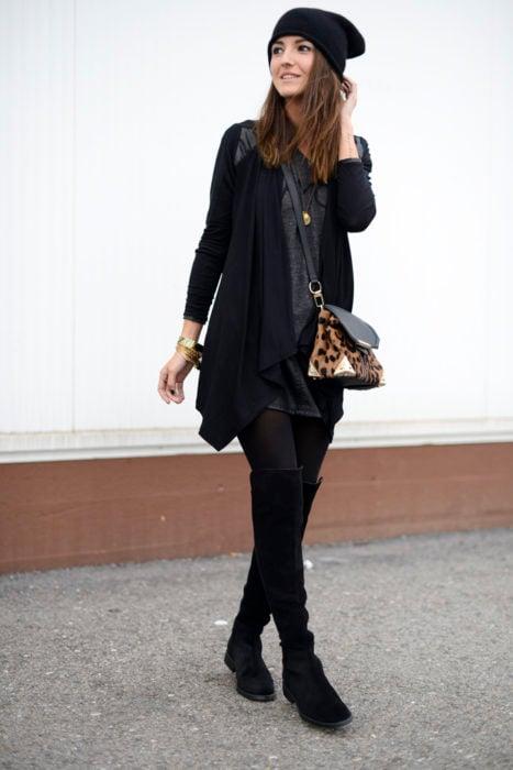 Chica vistiendo de negro con botas arriba de la rodilla