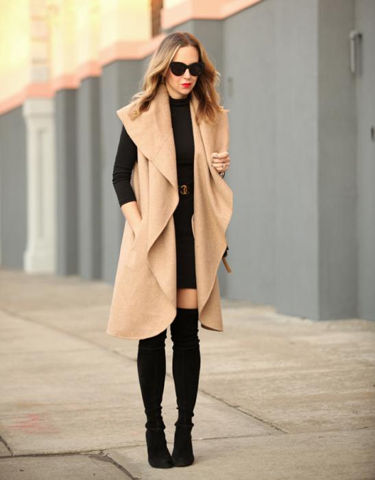 Chica vistiendo un maxi saco y botas arriba de la rodilla