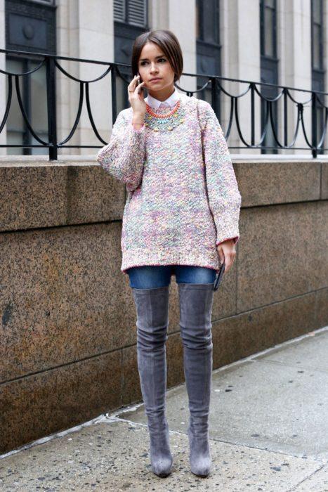 Chica usado un maxi suéter y botas color gris