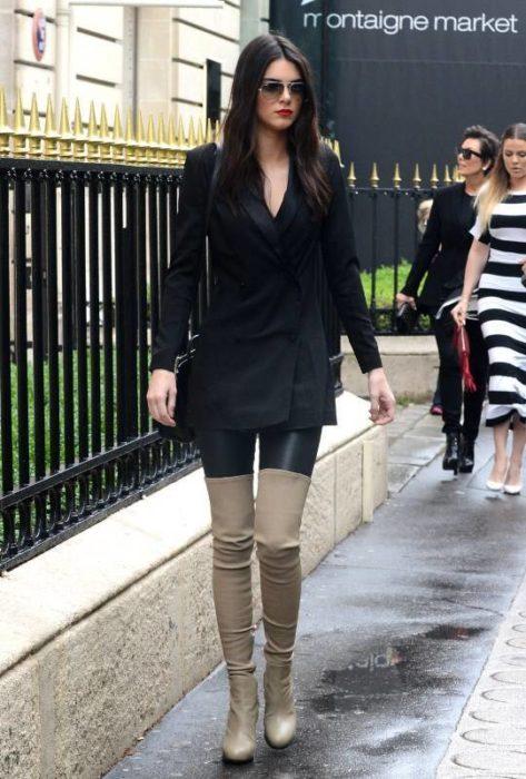 Kendall Jenner usando botas arriba de la rodilla