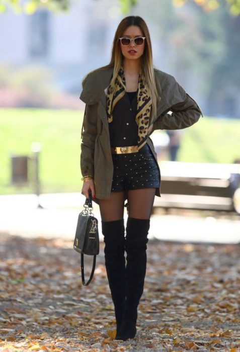 Chica usando shorts y botas altas
