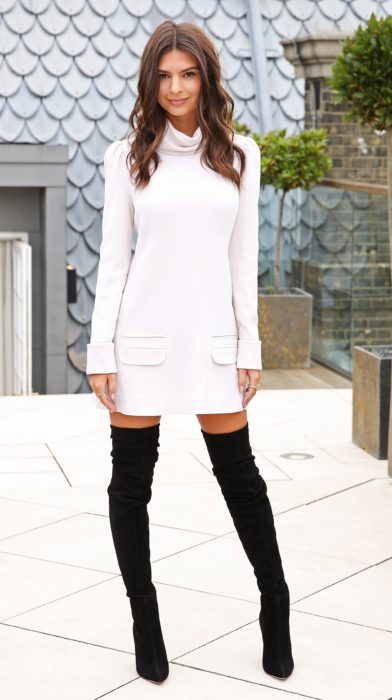 Chica usando un vestido tejido y botas sobre la rodilla