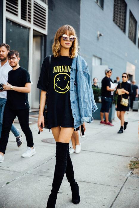 Chica usando una blusa de nirvana y botas sobre la rodilla
