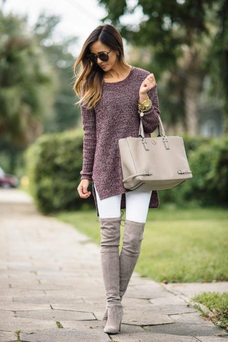 Chica vistiendo un suéter largo y botas arriba de la rodilla