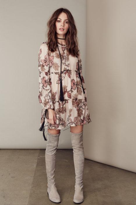 Chica con un vestido y botas altas