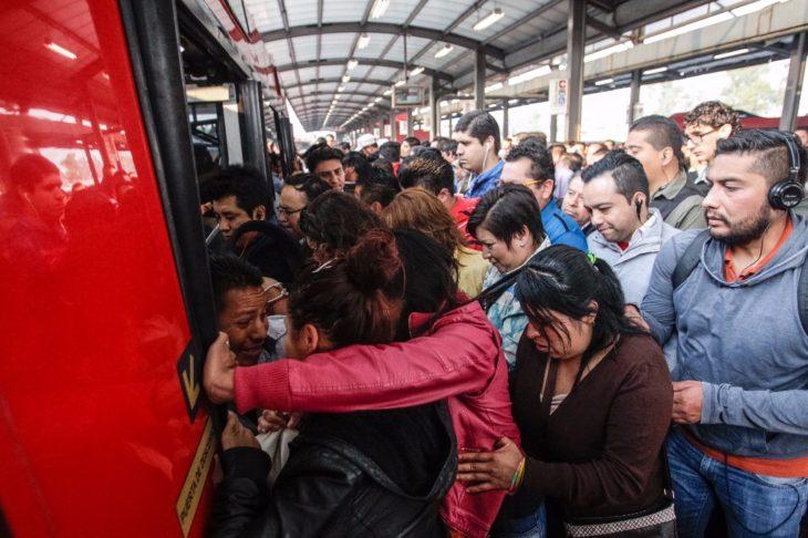 gente empujando al subir al transporte público