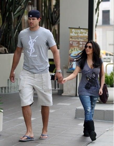 chica con novio alto caminando por la calle