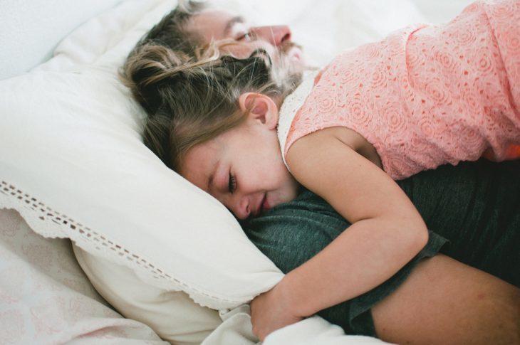 padre e hija descansando