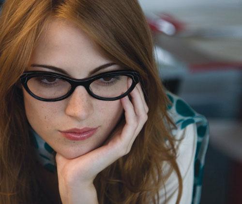 chica con gafas frente a la computadora