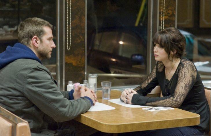 pareja platicando en una cafetería