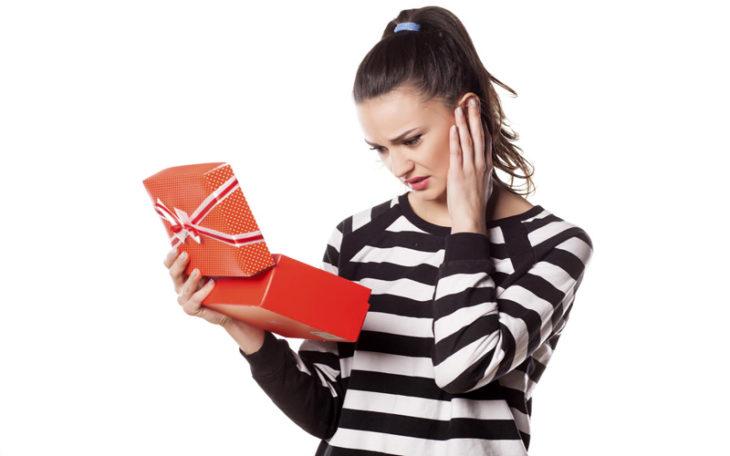 chica no le gusta su regalo de navidad